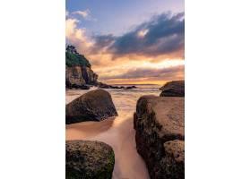 美丽的日落上岩石海滩令人叹为观止的景色_1300582301