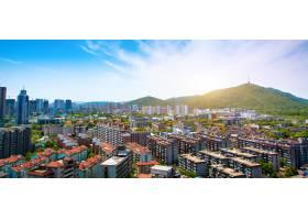 美丽的阳光灿烂的城市景观_89689601