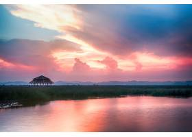 美丽的黄昏天空和海景_114786201
