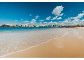 肯尼亚蒙巴萨拍摄的蓝天下令人叹为观止的海_907668201
