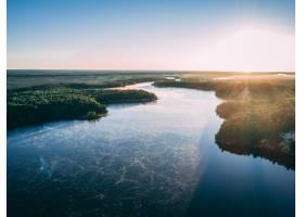 航拍的一条河在阳光下被绿树成荫的岛屿包_885804501
