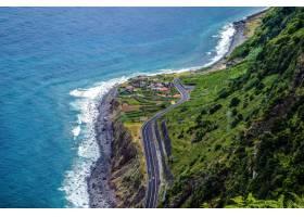航拍马德拉海岸山区的一条高速公路_894386101