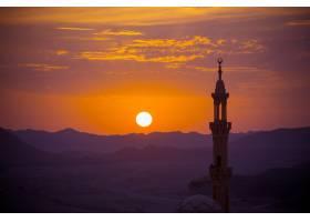 沙漠上的日落前景是穆斯林清真寺_113906101