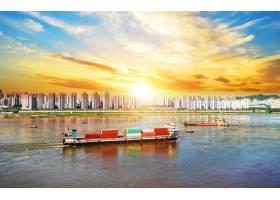 河边有集装箱的轮船_87748101
