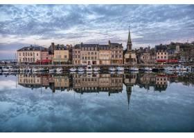 法国洪弗勒港在多云的天空下建筑物倒映_1169793301