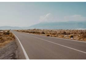 拥有令人叹为观止的山脉的道路的美丽景色_918444001
