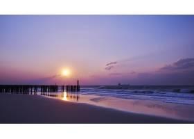 海滩上紫云缭绕的日落美景_1306199601