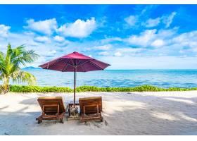 海滩大海的美丽景观空椅子空甲板空_689971701