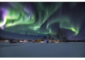 挪威天空中美丽的北极光下积雪覆盖的地面_894382301