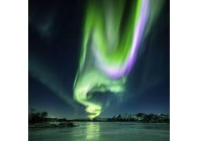 挪威拍摄的夜晚湖面上美丽的北极光的倒影_965531401