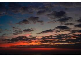 海上夕阳下的多云天空_664787501