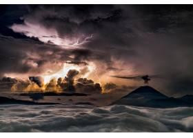 海中的风暴太阳出现在云层后面_559822301