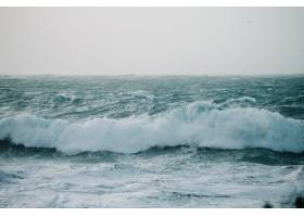 海浪撞击岩层的美丽景色_1097917401
