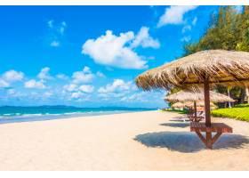 海滩上的伞和椅子_350371601