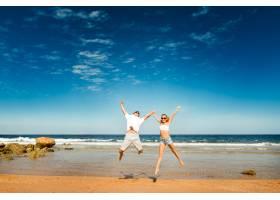 海滩上的幸福情侣_117018201