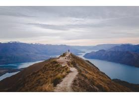 新西兰罗伊峰的全景在云景下远处有低矮的_1030404301