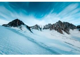 深蓝色天空下雪山的美丽镜头_784181101