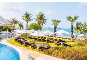 游泳池周围的伞和椅子_366135601