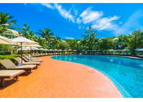 游泳池周围的伞和椅子_375317601