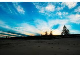日出时分蓝色多云天空下美丽的沙滩_1291020701