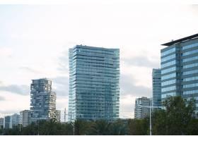 日落后几分钟的现代玻璃和混凝土城市建筑映_1189889101