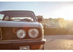 日落时一辆白色老爷车圆形前大灯的特写镜头_1030362701