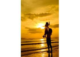 日落时分一对母子在户外带着复印空间_128562001