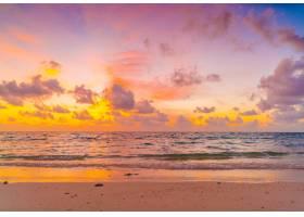热带马尔代夫岛上美丽的日落天空笼罩在平_112970601
