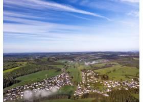 在阳光明媚的日子里无人机拍摄美丽的乡村_1111143401