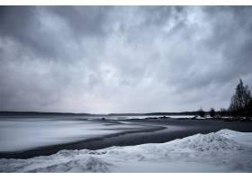 在阴沉的天空下海浪向海岸移动_875547901