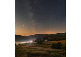 垂直拍摄星光灿烂的夜空银河掠过巨山_1290969101