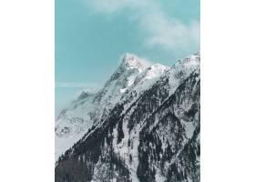 垂直拍摄白雪覆盖的美丽山峰_1040056301