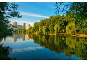 夏天美丽的湖泊水面上倒映着树木基辅美_1118266201