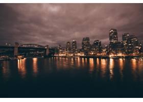 夜晚城市和河流的美丽镜头_767809901