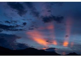 夕阳的天空粉红色的灯光点缀着美丽的云_1006970301