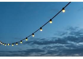 夕阳西下的一串串灯光_503803401