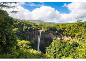 多云天空下毛里求斯查马雷尔瀑布的美景_1086025801