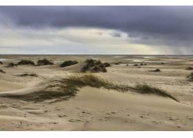 多云天空下的德国阿姆鲁姆岛的沙丘_1265094401