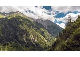 多云天空下积雪覆盖的山区风景的美丽风景_1181200501