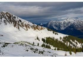 多云天空下高山山脉的高角拍摄_1306087601