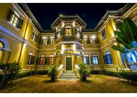 夜景中的殖民地风格住宅_555425901