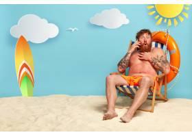 大吃一惊的留着大胡子的红发男子在海滩上摆_1260771801