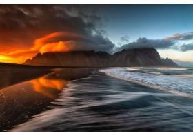 天空中有令人叹为观止的云彩的沙滩和大海的_1075924401