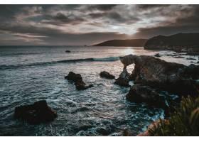 天空中有悬崖礁石岩石和令人叹为观止的_1300686801