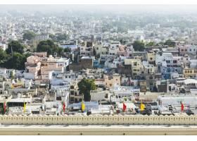 从印度拉贾斯坦邦的城市宫殿俯瞰乌代普尔市_354010501