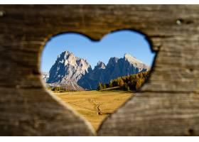 从意大利白云岩的心形整体山脉和远处的绿树_1075889401