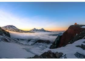 令人叹为观止的天空下白雪覆盖的落基高山的_1154256901