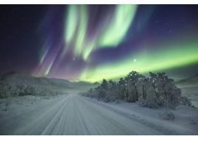 令人叹为观止的色彩在冬日仙境的夜空中起舞_907717801