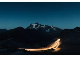 令人惊叹的夜空中间是白雪皑皑的落基山脉_755359601