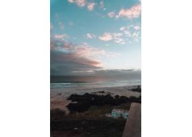 令人着迷的里约热内卢海滩上美丽日出的垂直_1097895501